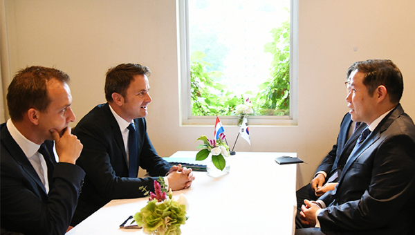 Hyosung President Cho Hyun-sang (front right) has a face-to-face talk with Luxembourg's Prime Minister Xavier Bettel (second from left) on Tuesday. [photo by Hyosung]