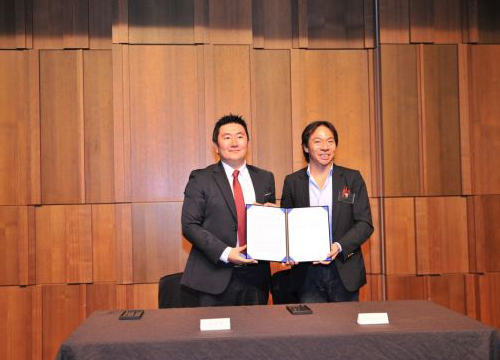 (From left) Lee Won-jae, Korean head of the Yozma Group and co-head of Yozma Bio Science Holdings, and Terence Loh, head of Novena Life Sciences Pte., pose for a photo after signing an agreement on cooperation between the two in this picture taken last Friday. [Photo by Mirae SCI]