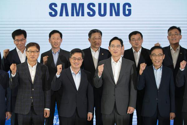 Kim Dong-yeon, South Korea's Deputy Prime Minister for economy, front row, second from left, poses with Samsung Electronics Co. Vice Chairman Jay Y. Lee, third from left, at the company's semiconductor manufacturing facility in Pyeongtaek, Gyeonggi Province, on Monday. [Photo by Kim Ho-young]