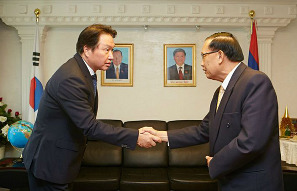 SK Group Chairman Chey Tae-won, left, meets with Khamsouay Keodalavong, Ambassador of Laos to Korea, last month, at the Laos embassy in Hannam-dong, central Seoul, to express condolences to flood victims. The conglomerate donated $10 million in emergency relief funds. [Photo provided by SK Group]
