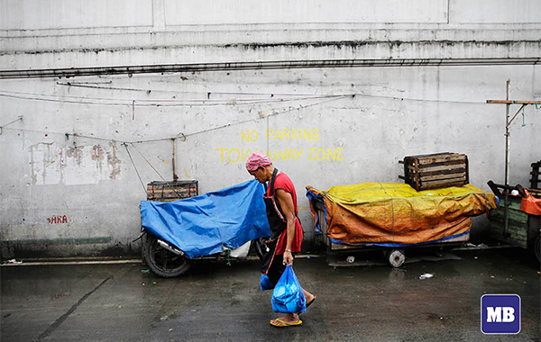 Customer carries a bag of fish along a street in Manila on August 7,2017. Inflation jumped to 5.7 percent last month, higher than June's 5.2 percent and the fastest pace in over five years. In July last year, inflation was at 2.4 percent. [Czar Dancel]
