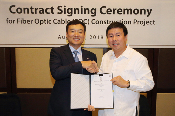 KT Corp.'s Yun Kyung-lim Vice-chairman Promotion of Global Business and Converge ICT Solutions Inc.'s Dennis Anthony H. Uy Chief Executive Officer and President. [Photo provided by KT Corp.]