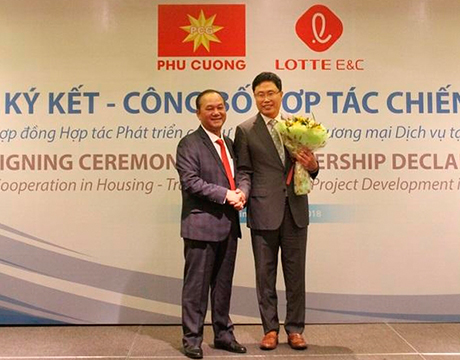 Nguyen Viet Cuong, chairman of Vietnam's Phu Cuong Group (left) and Han Yong-soo, head of Lotte E&C's overseas sales division (right) are shaking hands after signing a contract on an urban development project in Ho Chi Minh City. [Photo provided by Lotte Engineering & Construction Co.]