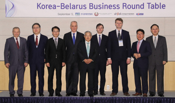 Lee Won-wook, chairman of the Korea-Belarus Parliamentary Friendship Group, third from left, poses for a photo with Andrei Dapkiunas, deputy minister of foreign affairs of Belarus, fourth from left, and Kwon Tae-shin, vice chairman of the FKI, center, at the Korea-Belarus Business Round Table event held at FKI building in Yeouido, western Seoul, on Wednesday. [Photo provided by FKI]
