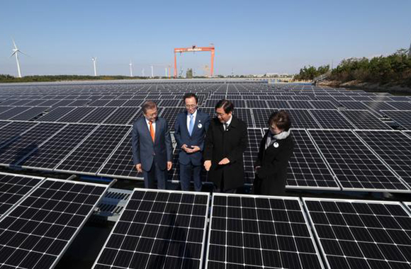 President Moon Jae-in looks around floating solar power generating facilities after his participation in the ceremony for declaring Saemangeum renewable energy vision in Gunsan, Jeonbuk on Tuesday. From right, Kim Hyun Mee, Minister of Land, Infrastructure and Transport, Sung Yun-mo, Minister of Trade, Industry and Energy, and Song Ha-jin, Governor of Jeonbuk Province, President Moon. 2018.10.30 [Cheong Wa Dae Pool Photo / By Kim Jae-hoon]