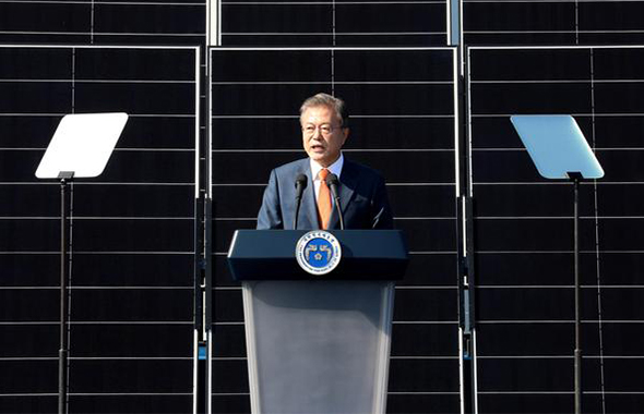President Moon Jae-in speaks during the ceremony for declaring Saemangeum renewable energy vision in Gunsan, Jeonbuk on Tuesday. 2018.10.30 [Cheong Wa Dae Pool Photo / By Kim Jae-hoon]