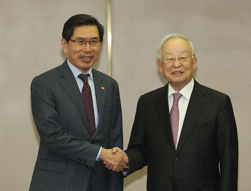 Justice Minister Park Sang-ki (Left) poses for a photo with Sohn Kyung-shik, chairman of the Korea Employers Federation. [Photo by Han Joo-hyung]