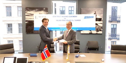 Jung Sung-leep, president of Daewoo Shipbuilding and Marine Engineering Co. (DSME), right, shakes hands with Arne Fredly, largest shareholder of Hunter Group, after signing a very large crude carrier (VLCC) contract in Oslo, Norway, on Friday (local time). [Photo provided by DSME]