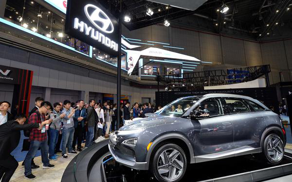 Visitors are looking at a half-cut Nexo model during the First China International Import Expo event held at the National Convention & Exhibition Center in Shanghai, China on Nov. 6. [Photo by Hyundai Motor]