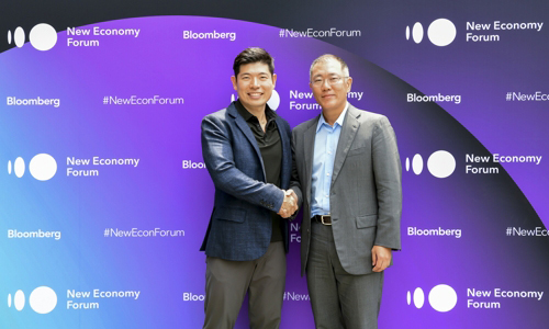 Hyundai Motor Group Vice Chairman Chung Eui-sun (Right) shakes hands with Anthony Tan, CEO and founder of Grab, at a Singapore hotel during the Bloomberg New Economy Forum on Nov. 6, 2018. [Photo provided by Bloomberg New Economy Forum]