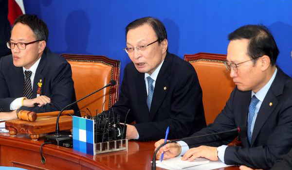 Lee Hae-chan (center) speaks during a party meeting on Oct. 7.