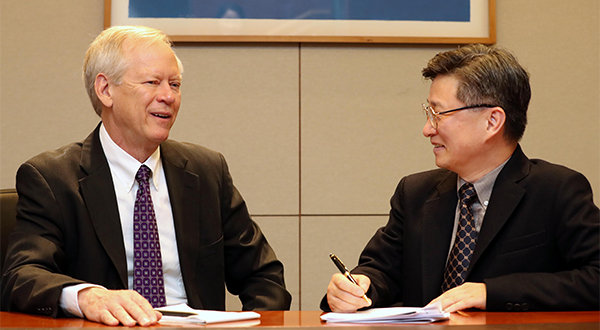 Paul Keim, Professor of Northern Arizona University (left) is speaking to Wonjong Jang, Head of Korean Biological Safety Association and Professor at Konkuk University Medical School [Photo by Han Joo-hyung]