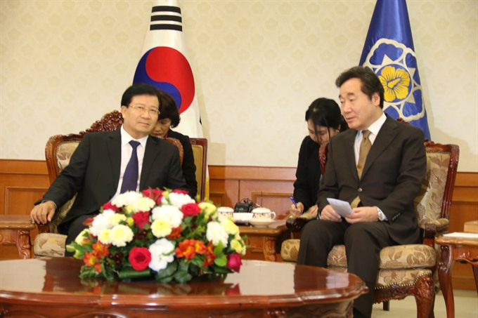 Deputy Prime Minister Trinh đinh Dung (left) meets with the Republic of Korea`s (RoK) Prime Minister Lee Nak-yeon in Seoul on Monday during his visit to the country. - VNA/VNS Photo by Manh Hung