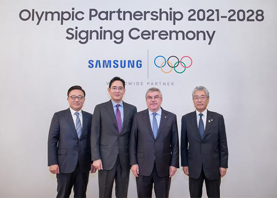 From left, Koh Dong-jin, president and chief executive of IT & mobile communications division at Samsung Electronics Co., Jay Y. Lee, vice chairman at Samsung Electronics, Thomas Bach, IOC president, and Takeda Tsunekazu, IOC marketing commission chair, pose after a signing ceremony in Seoul to extend partnership through to the Olympic Games Los Angeles 2028. [Photo provided by Samsung Electronics Co.]