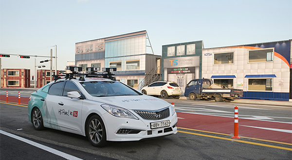 South Korea's KT Corp. runs a test drive of its self-driving vehicle at K-City, world's first 5G network-based testing site for autonomous vehicles that opened in Hwaseong, Gyeonggi Province, on Monday. [Provided by KT Corp.]
