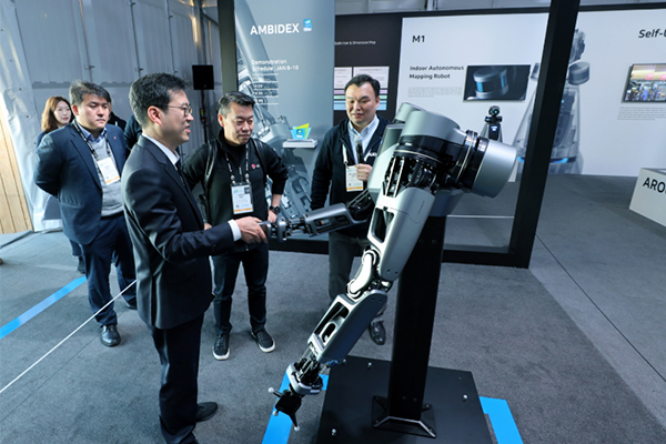 Roh Jin-seo(center), head of LG's robotics business and Seok Sang-ok (far right), head of robotics team at Naver Labs [Photo provided by Naver Corp.]