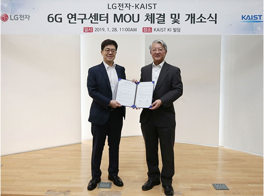 LG Electronics and KAIST have joined forces to speed up developing next-generation mobile technology through LG Electronics-KAIST 6G Research Center at KAIST INSTITUTE, which was inaugurated at KAIST in Daejeon on Monday. LG`s chief technology officer Park Il-pyung (left) and KAIST INSTITUTE head Lee Sang-yup shake hands after exchanging an MOU. [Photo by LG Electronics Inc.]