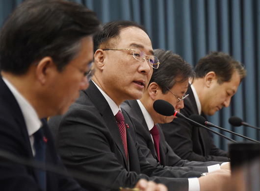 Hong Nam-ki (Second from left), minister of economy and finance, speaks in a meeting with relevant officials at a government building in Seoul on Jan. 30, 2019. [Photo by Ministry, Economy and Finance]