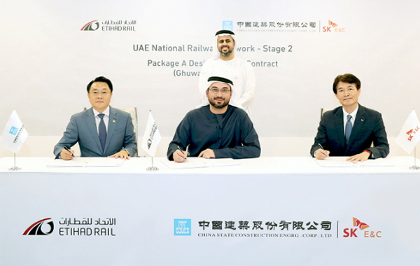 SK E&C executive director Nam Hyun-tae (right), Etihad Rail CEO Shadi Malak (center), CSCEC president Yu Tao (left) and Chairman of the Etihad Rail Board of Directors His Highness Sheikh Theyab bin Mohamed bin Zayed Al Nahyan (back row center) pose for a picture during a signing ceremony for a railway construction project in the UAE. [Photo by SK E&C]