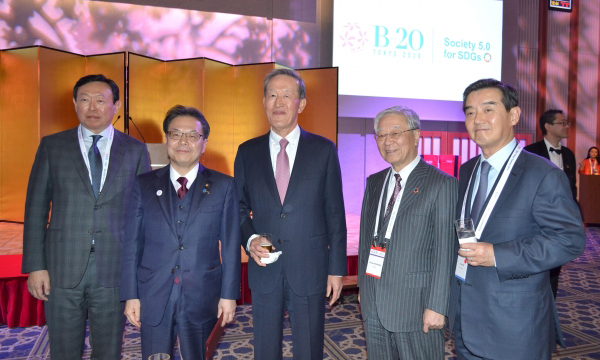 Korean and Japanese business leaders pose for a group photo at the B20 Summit Tokyo on Thursday. From left to right, Lotte Group Chairman Shin Dong-bin; Japanese Industry Minister Hiroshige Seko; FKI Chairman Huh Chang-soo; Keidanren Chairman Hiroaki Nakanishi; Samyang Holdings Chairman Kim Yoon. [Photo provided by the Federation of Korean Industries]