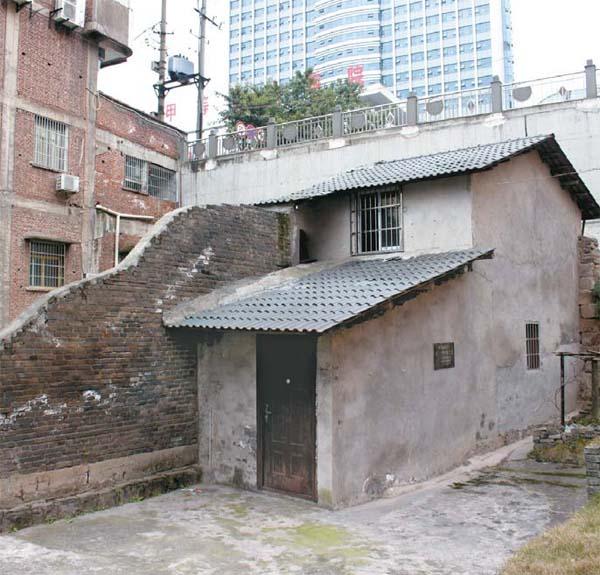 중국 치장현 석오 이동녕의 거주지는 80년 전 모습 그대로 보존돼 있다. 주변의 모든 건물은 재개발됐고 이동녕 거주지만 남겨진 이유는 건물주가 이주를 거부했기 때문으로 알려졌다. 속칭 `알박기` 건물인데 현재도 두 가구가 거주하고 있다. 정문에는 치장현이 내건 `이동녕 선생 구거 유지(옛 거주지)`란 단어가 선명했다.  [김유태 기자]