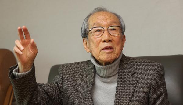 그의 집 대문에는 `독립운동가의 집`이라고 적힌 파란 명패가 걸려 있었다. 지난 20일 김영관 옹의 자택에서 네 시간 동안 그를 만났다. [이승환 기자]