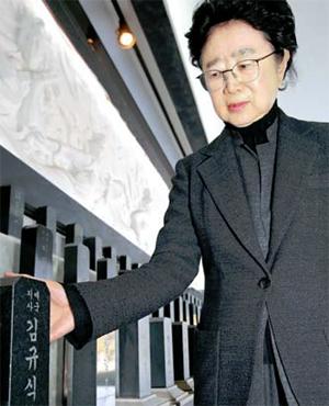 김규식 손녀 김수옥 여사가 무후선열제단에 놓인 조부 위패를 쓰다듬고 있다. [이승환 기자]