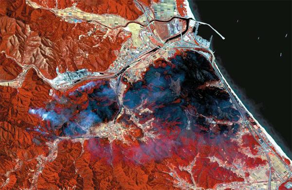 7일 한국항공우주연구원이 다목적실용위성 아리랑 3호를 통해 강원도 강릉시 인근 산불 피해 지역을 촬영한 사진을 공개했다. 사진은 지난 5일 오후 1시에 근적외선과 가시광선 영상을 합성한 것으로 검은색으로 표시된 지역(250ha)이 화재로 소실된 산림 지역이다. [사진 제공 = 한국항공우주연구원]