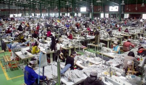 Apparel is made for export to the Netherlands at Venture International Joint Stock Company in Thanh Tien Commune, the central province of Nghe An`s Thanh Chuong District. - VNA/VNS Photo Ta Chuyen