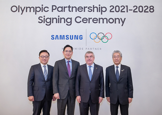 (From left) Koh Dong-jin, president and chief executive of IT & mobile communications division at Samsung Electronics Co., Jay Y. Lee, vice chairman at Samsung Electronics, Thomas Bach, IOC president, and Takeda Tsunekazu, IOC marketing commission chair, pose after a signing ceremony in Seoul on Dec. 2018, to extend partnership through to the Olympic Games Los Angeles 2028. [Photo by Samsung Electronics Co.]