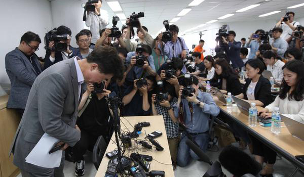 Lee Sang-moo, executive vice president of Very Good Tour, is delivering updates on the Hungary boat accident and rescue operation at a press conference held in Seoul on Thursday. [By Kim Ho-young].
