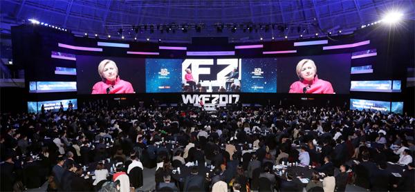 힐러리 클린턴 전 미국 국무장관과 장대환 매경미디어그룹 회장이 2017년 10월 서울 장충아레나에서 열린 제18회 세계지식포럼에서 `글로벌 리더십`을 주제로 대담하고 있다.  [매경 DB]