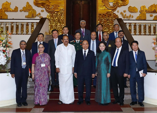 Prime Minister Nguyen Xuan Phuc (fourth right), Vice President of India Venkaiah Naidu (third left) and delegates pose for a group photo. - VNA/VNS Photo Thong Nhat