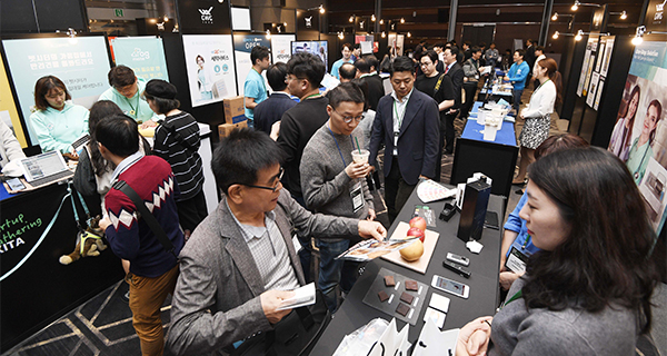 Participants are pictured receiving export consulting and enjoying other programs during `Startup Open Innovation` held at COEX in Seoul last October under the auspices of Korea International Trade Association and GS Group. [Photo by Lee Chung-woo] <br><br>