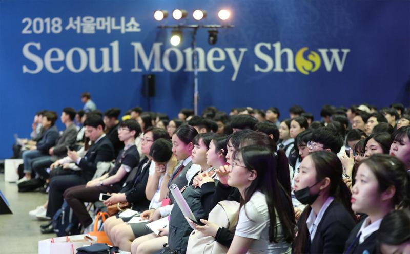지난해 열린 `2018 서울 머니쇼`에 참석한 학생들이 시중은행 채용 담당자들의 발표를 경청하고 있다.  [매경DB]