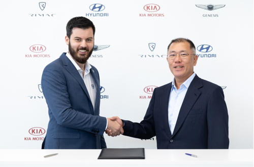 Mate Rimac (left), founder and CEO of Rimac Automobili, and Chung Euisun, executive vice chairman of Hyundai Motor Group [Photo provided by Hyundai Motor Co.]