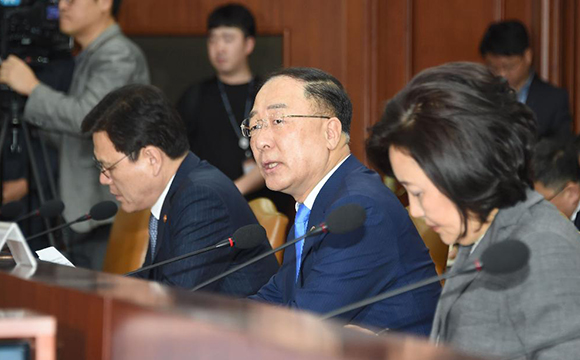 South Korea's Finance Minister Hong Nam-ki speaks in a meeting with officials in Seoul, on May 20, 2019. [Photo by Ministry of Economy and Finance]