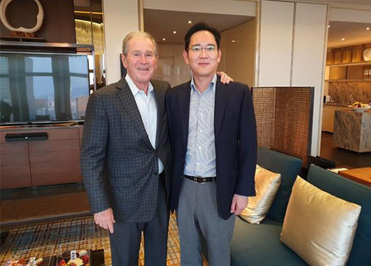 Samsung Vice Chairman Jay Y. Lee poses for a photo with ex-U.S. President George W. Bush at a hotel in Seoul on May 22, 2019. [Photo provided by Samsung Electronics Co.]