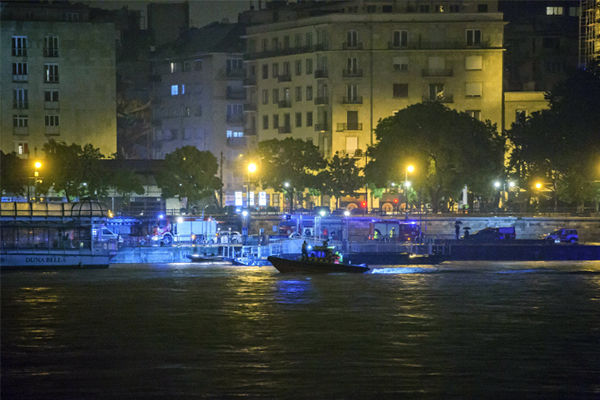 Rescue team is searching for missing tourists from the sunken cruise boat on Danube River in Budapest. [EPA=Yonhap News Agency]