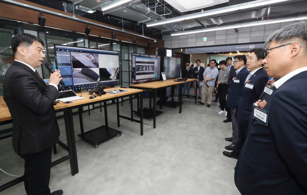 Participants are pictured listening to an explanation of Linkflow's neckband system at KT Pangyo 5G Open Lab inaugurated on Monday at KT's Startup Campus in Seongnam, Gyeonggi Province. [Photo by KT]