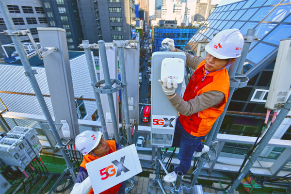 SK Telecom's engineers check the installation of 5G antenna units on the rooftop of a building in Myeong-dong, Seoul. [Photo by SK Telecom Co.]