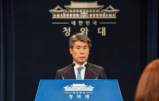 Yoon Jong-won, senior presidential secretary for economic affairs, speaks at a press briefing at Blue House on June 7, 2019. [Photo by Lee Chung-woo]