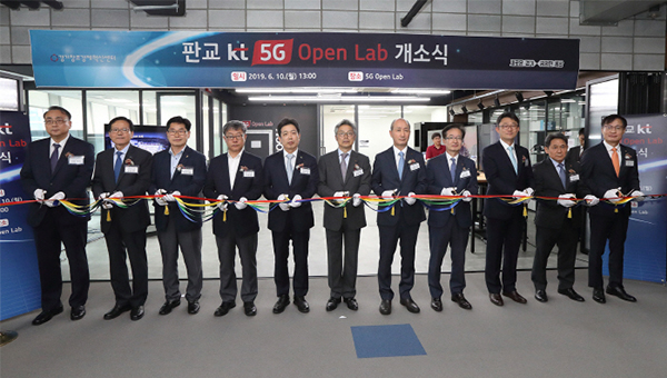 Participants at the ribbon cutting at KT Pangyo 5G Open Lab inaugurated on Monday at KT's Startup Campus in Seongnam, Gyeonggi Province. [Photo by KT]