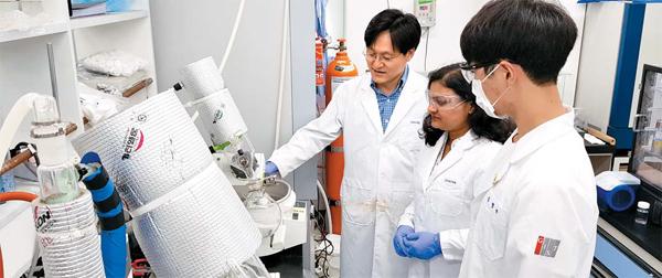 지난 10일 광주과학기술원(GIST) 입주 벤처기업인 제이디바이오사이언스 직원들이 신약 물질에 대해 의견을 나누고 있다.  [광주 = 양연호 기자]
