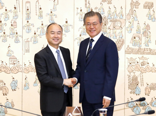S. Korea's president Moon Jae-in (right) shakes hands with SoftBank CEO Masayoshi Son at the presidential office on Jul. 4, 2019. [Photo by Lee Chung-woo]