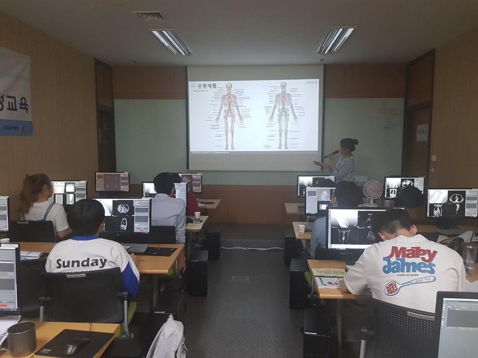 의료/바이오 3D프린팅 전문교육 수강생들이 인체 해부학 설명을 듣고 있다.