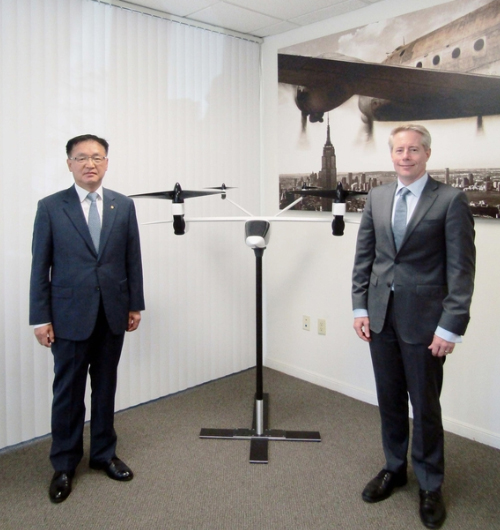 Chang Si-kweon, chief executive of Hanwha Systems Co., left, poses with Ben Tigner, chief executive of K4 Aeronautics, at the U.S. company's headquarters in California. [Photo provide by Hanwha Systems Co.]