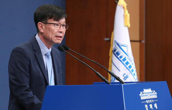 Kim Sang-jo, presidential chief of staff for policy, holds a press briefing in Cheong Wa Dae on July 14, 2019. [Photo by Lee Chung-woo]