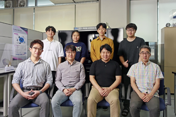 (From left in the front row), researchers Lee Gyu-ho, Kim Sung-jin, Kim Kyung-rok, and Professor Chang Ji-won. (From left in the back row), researchers Kim Woo-seok, Choi Young-eun, Jung Jae-won and Park Ji-ho. [Photo by Samsung Electronics Co.]