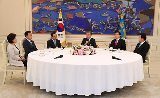 President Moon Jae-in talks with heads of five political parties at the Blue House on Thursday. (From left) Justice Party's Sim Sang-jeung, Bareunmirae Party's Sohn Hak-kyu, Democratic Party's Lee Hae-chan, Moon, Liberty Korea Party's Hwang Kyo-ahn and Party for Democracy and Peace's Chung Dong-young. [Photo by Lee Chung-woo]